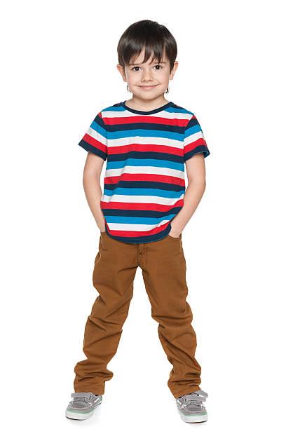 Junge lächelnde Junge im Hemd mit Streifen – Foto