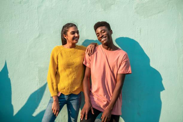 ungt leende par. - blue yellow band bildbanksfoton och bilder