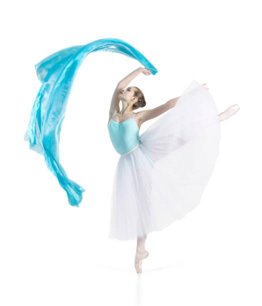 lächelndes mädchen tanzt ballett. - prinzessinnen tutu stock-fotos und bilder