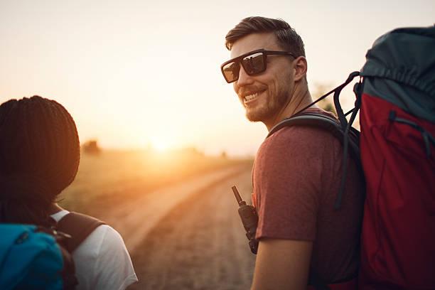 joven sonriente excursionismo. - mochilero fotografías e imágenes de stock