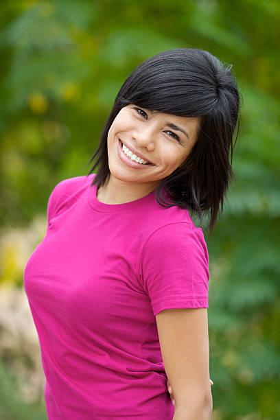 sonriente joven modelo al aire libre de día en habitación amplia - mujeres dominicanas fotografías e imágenes de stock