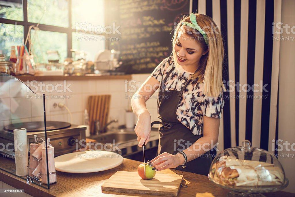 若い笑顔の女性カティング、アップルでのお食事に最適です。 ストックフォト