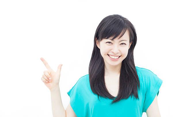Mujer joven señalando copia espacio - foto de stock