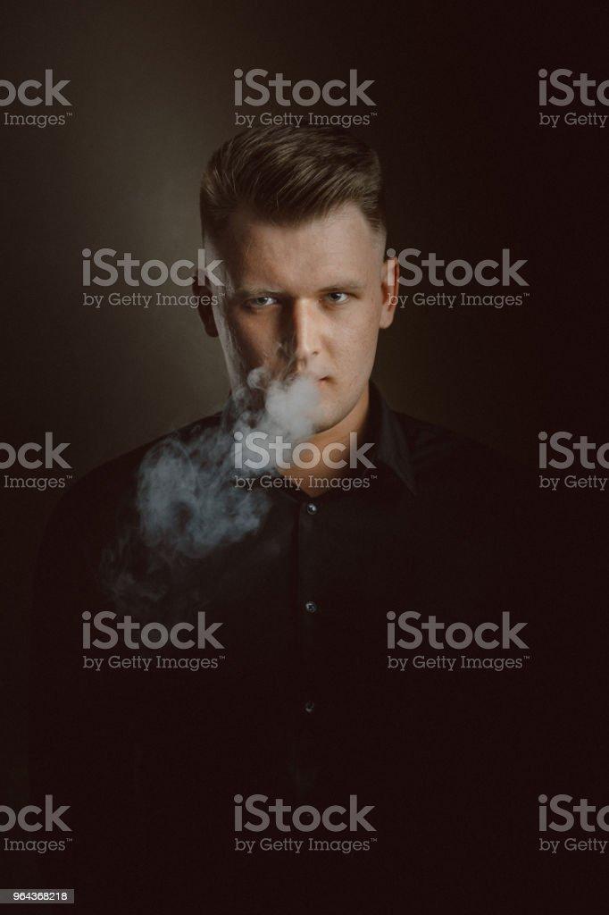 Retrato de homem jovem fumar - Foto de stock de 30 Anos royalty-free