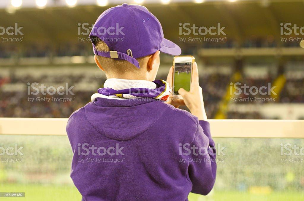 Junge Fußball-Fan Nehmen Sie Foto im Stadion – Foto