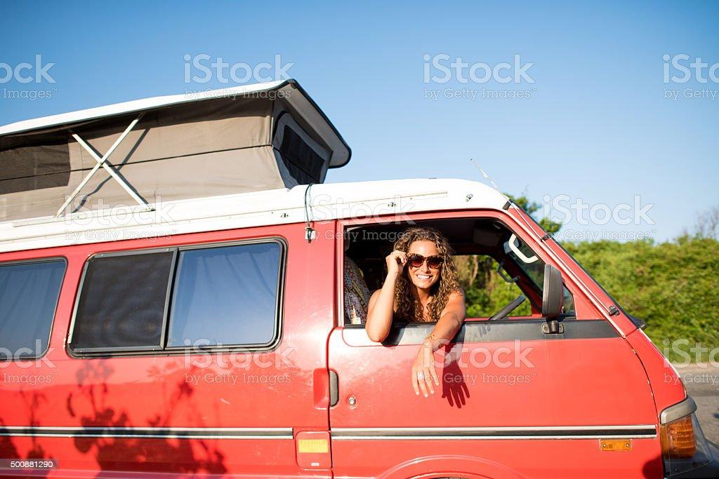 Jeune femme solitaire voyageurs se balader Camping-car fenêtre souriant - Photo