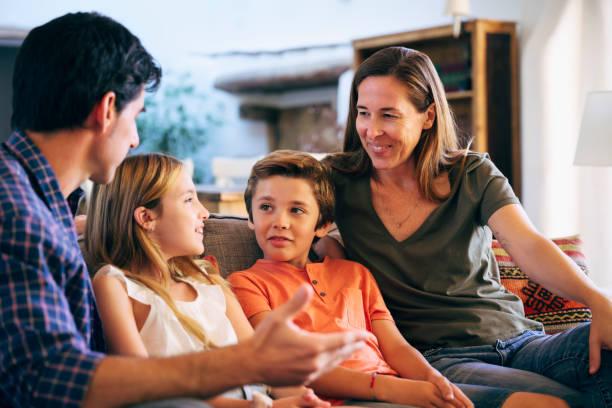 Junge spanische Familie zusammen auf dem Sofa in Familie zu Hause – Foto