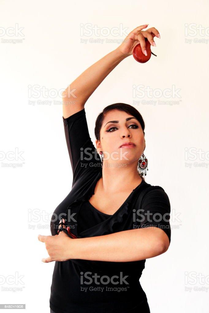 Mulher jovem cigana espanhola dança flamenca com marrons castanholas nas mãos dela. Dançarina de flamenco em lindo vestido nacional sobre um fundo branco. Dançarina de garota de Espanha em roupas tradicionais. Balé. - foto de acervo