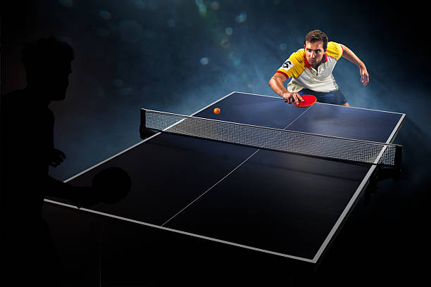 Junge Sport Mann tennis spielen, auf schwarzem Hintergrund – Foto