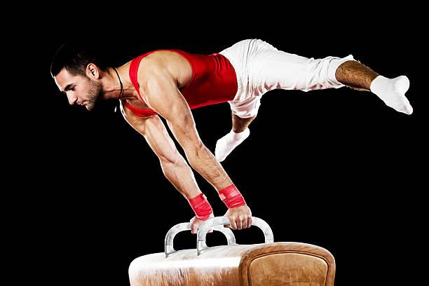 若いスポーツマンでもエクササイズの鞍馬ます。 - 体操競技 ストックフォトと画像