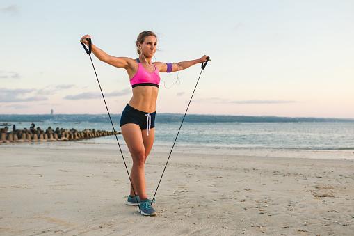Kulaklıklar Içinde Genç Sporcumuz Ile Sahil Bandında Germe Ile Egzersiz Yaparak Omuz Çantası Içinde Smartphone Stok Fotoğraflar & Aktif Hayat Tarzı'nin Daha Fazla Resimleri
