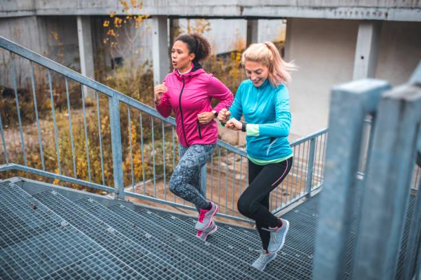 Junge Sportlerinnen auf Treppen laufen – Foto