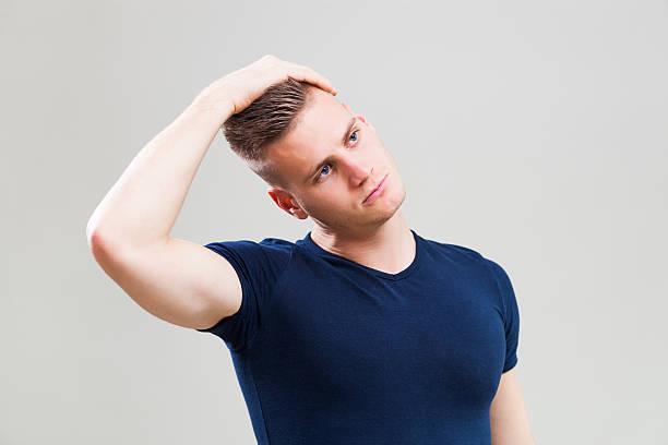 junge sportliche mann - hals übungen stock-fotos und bilder