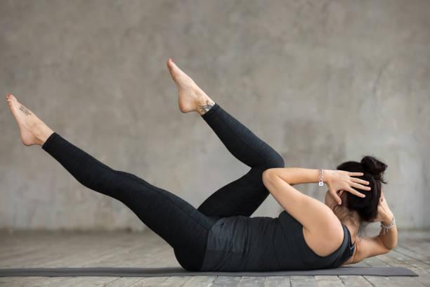 young sporty woman doing crisscross exercise - peso mosca foto e immagini stock