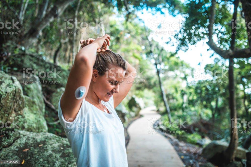 Junge sportliche Frau, die immer bereit für das training – Foto