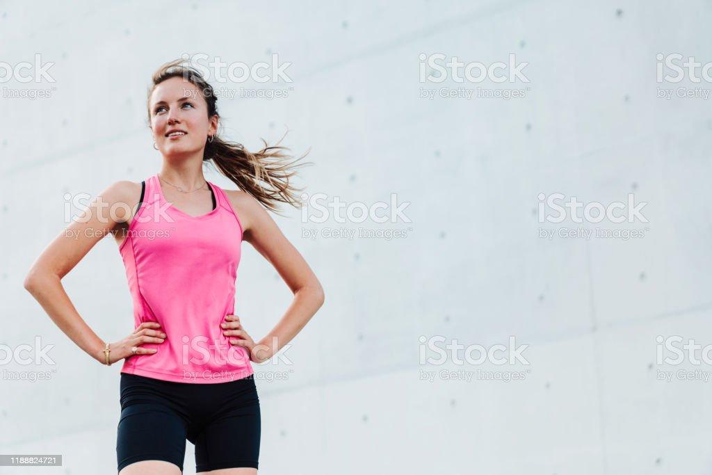 junge sportliche Frau im modernen Geschäftsviertel - Lizenzfrei 20-24 Jahre Stock-Foto