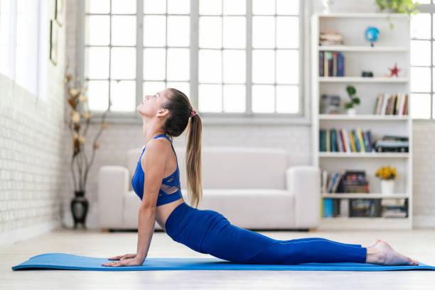 Junge sportliche Frau übt Yoga, tun nach oben gerichtet Hund Übung – Foto