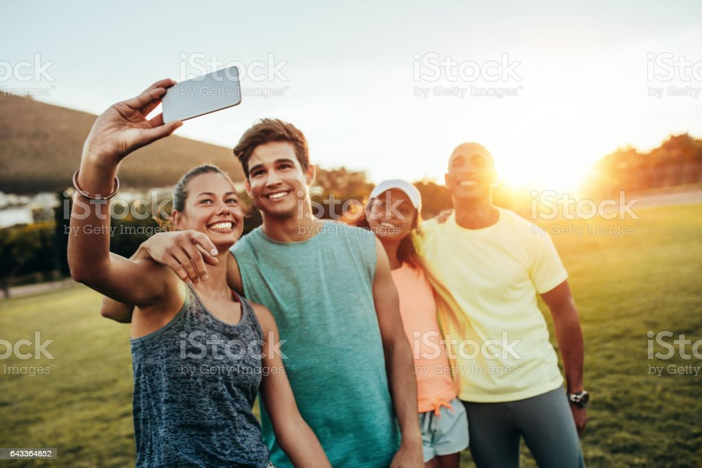 Young sporty woman taking a selfie with friends – Foto