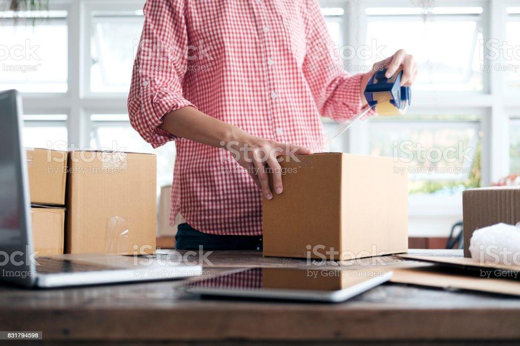 Junge Start-up Unternehmer Kleinunternehmer Arbeiten von Zuhause, Verpackung und Lieferung Situation. – Foto