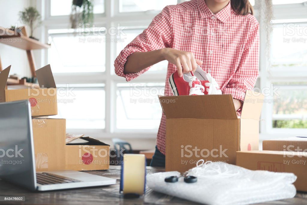 Junge Start-up Unternehmer Kleinunternehmer Arbeiten von Zuhause, Verpackung und Lieferung Situation. Lizenzfreies stock-foto