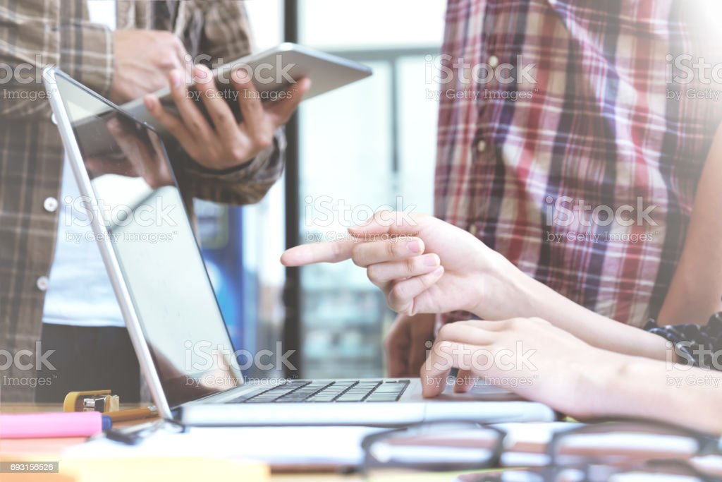 Junge Start-ups Geschäftsleute Teamarbeit genau treffen, Plan Startprojekt zu diskutieren. – Foto