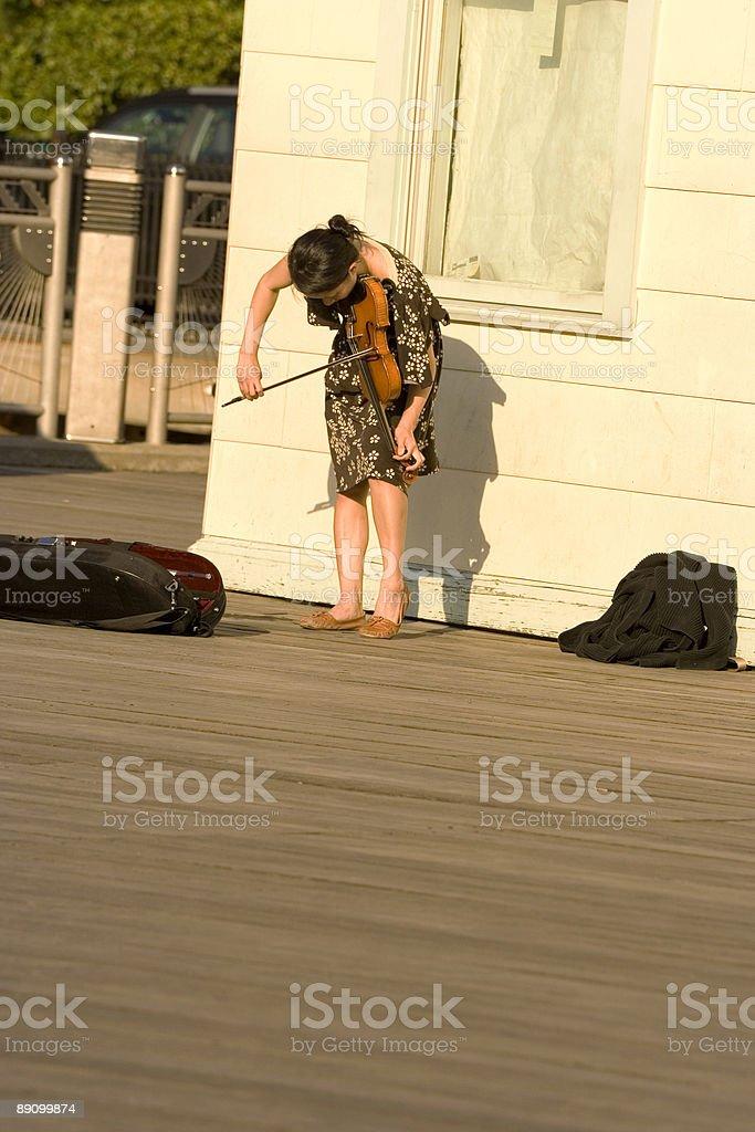 Joven músico ambulante foto de stock libre de derechos