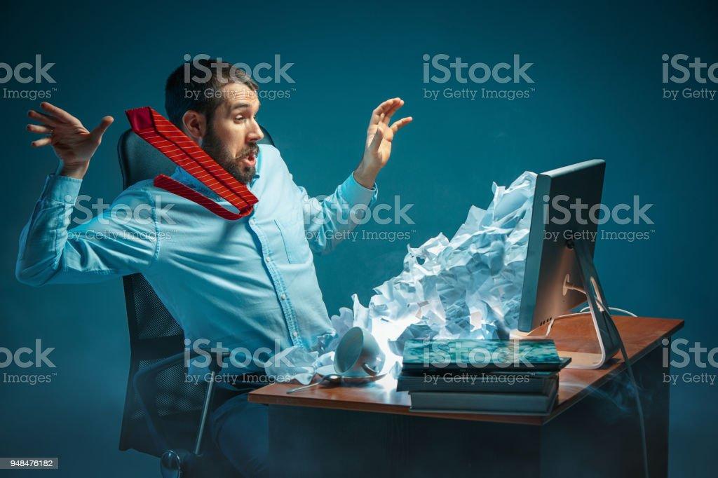 Jung betonte gut aussehend Geschäftsmann arbeitet am Schreibtisch im modernen Büro Laptop-Bildschirm anschreien und zornig über spam – Foto