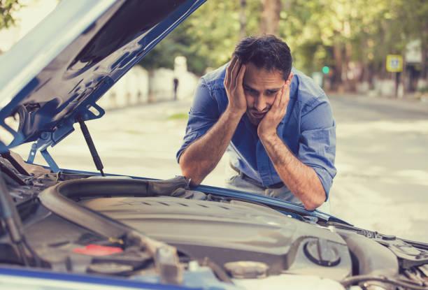 Young destacó el hombre que tiene problemas con su coche rota - foto de stock