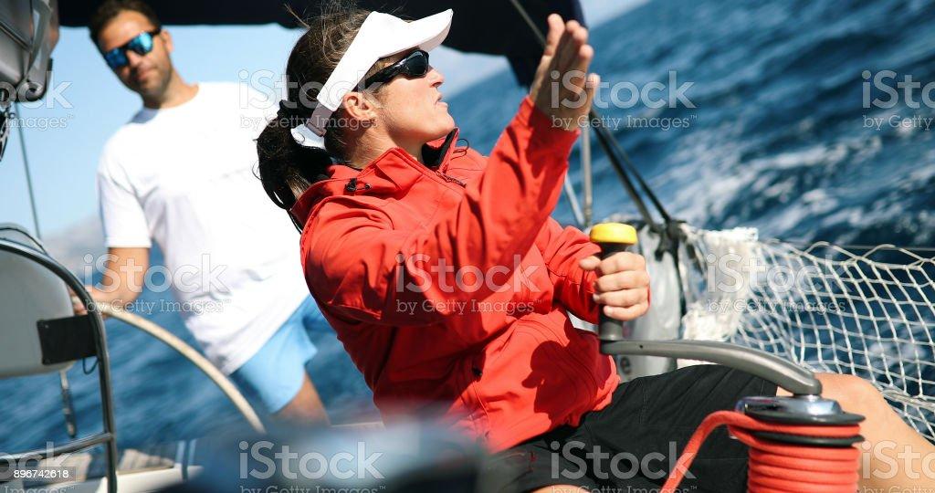 Starke Mädchen das Segelboot – Foto