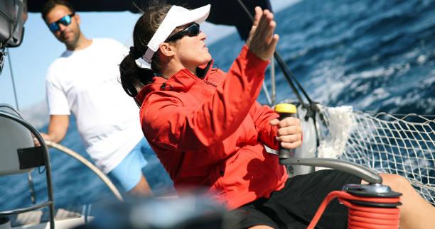Jovem mulher forte vela do barco - foto de acervo