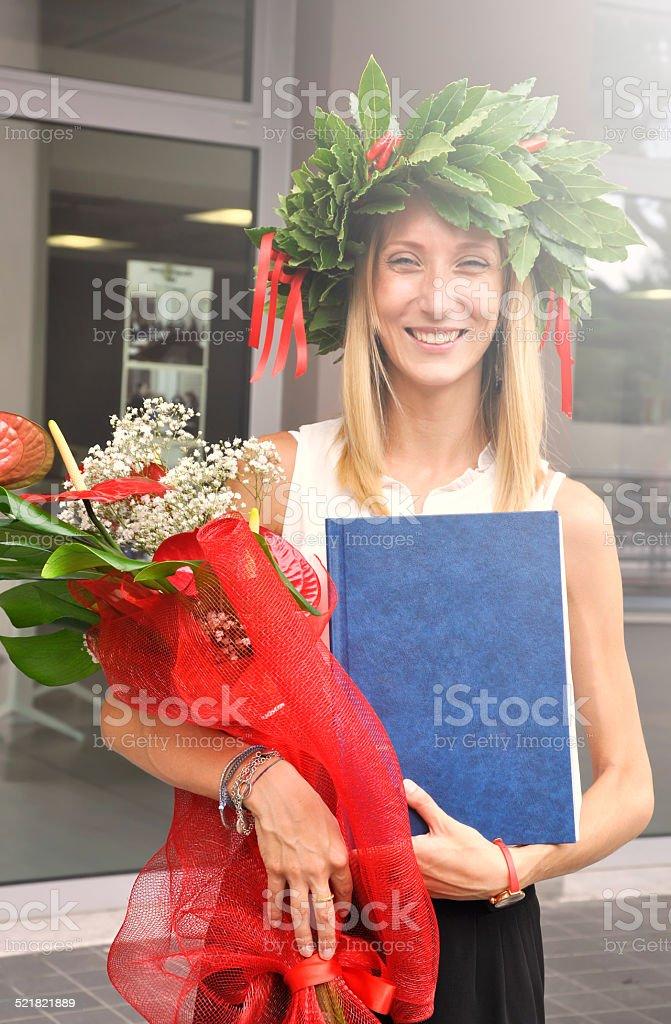 Joven estudiante en graduationd - foto de stock