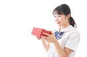 プレゼントを与える若い学生