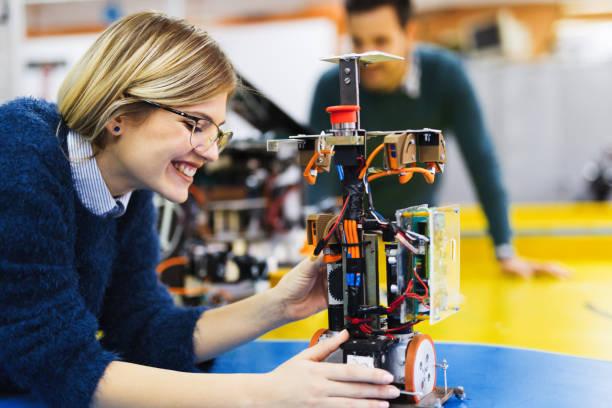 jonge student van robotica werken op project - robot engineer stockfoto's en -beelden