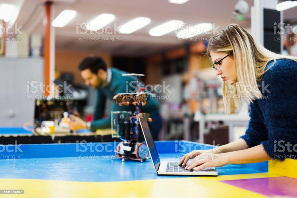 Junger Student der Robotik am Projekt arbeiten – Foto
