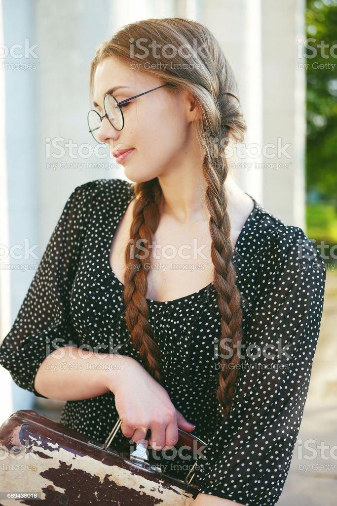 Wählen Sie für echte schön billig modisches und attraktives Paket Junge Studentin Frau Mit Brille Tragen Schwarzes Kleid Mit ...
