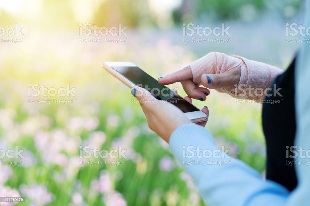 2c50c018fb6131 junger Student Frauen Online-shopping auf Smartphone während der Hand  Schmerzen am Handgelenk. Geschäfts