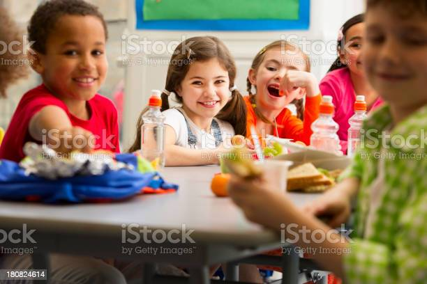 Young students at lunchtime picture id180824614?b=1&k=6&m=180824614&s=612x612&h=fc rufvicqfkoict7kygktznbpqqtb 9cbtkrbgj7xk=