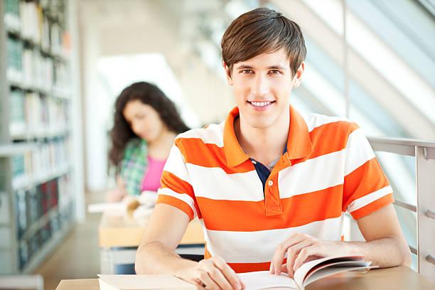 giovani studenti nella libreria - esame maturità foto e immagini stock