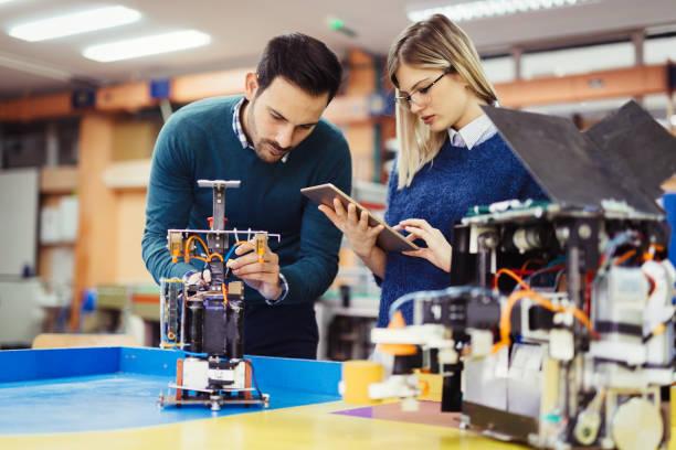 jonge studenten van robotica werken op project - robot engineer stockfoto's en -beelden