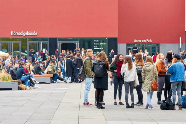 junge studenten auf dem campus der universität in leipzig - leipzig universität stock-fotos und bilder