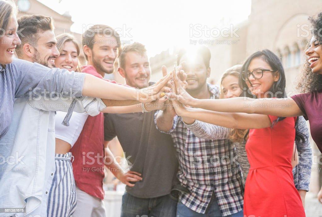 Junge Studenten Stapeln Hände im Freien in College-Campus - glückliche Menschen gemeinsam feiern - Jugend, Universität, Beziehung und Freundschaft Konzept - Fokus auf Händen - Original helle Farbtöne – Foto