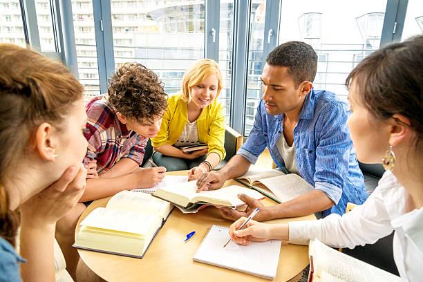 junge studenten arbeiten - deutsche bibliothek stock-fotos und bilder
