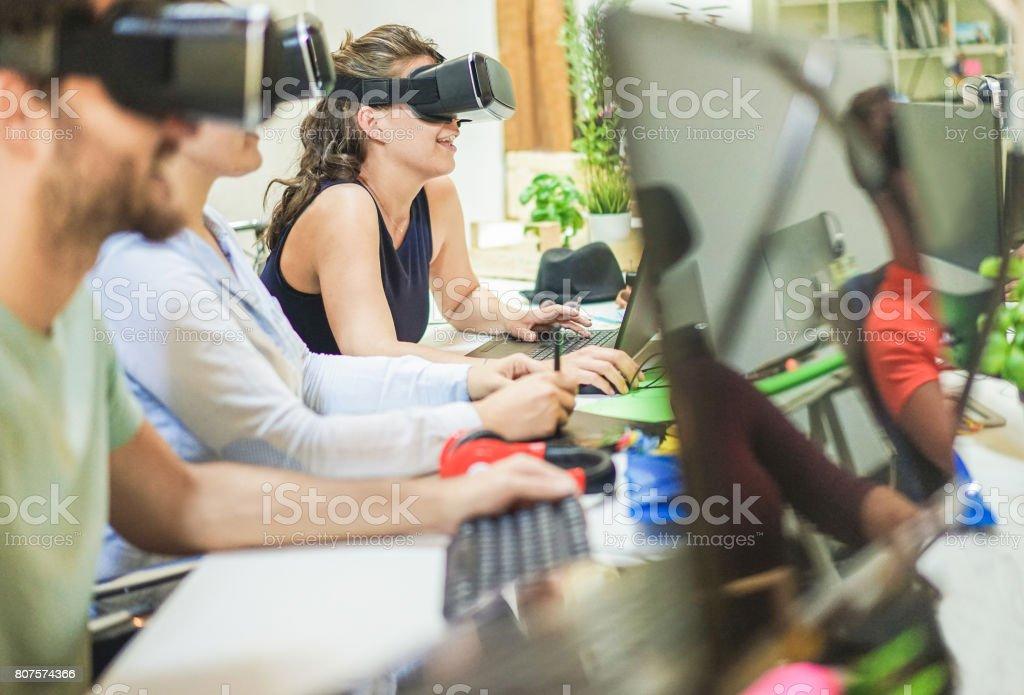 Junge Studenten arbeiten mit virtual Reality Brille in kreative Universitätsbüro - Jugendliche mit neuen Technologie - Fokus auf letzte Frau Kopfhörer - Tech, Start, Jugend, Zukunft und Gestaltungskonzept – Foto