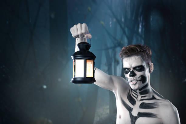 stilvolle jüngling mit kunst grimm für hallowen party. mode-körperkunst. gesicht-kunst - coole halloween kostüme stock-fotos und bilder