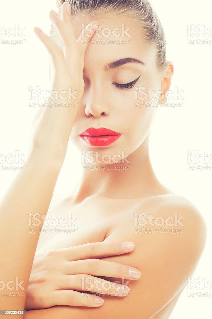 Estilo de moda de mujer joven con maquillaje y peinado aislado foto de stock libre de derechos