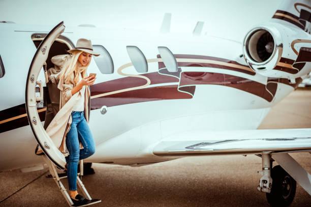 Junge erfolgreiche Frau, die eine privaten Flugzeug verlassen – Foto