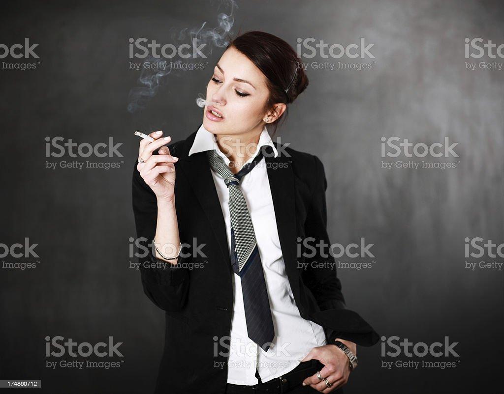 Indossa Una Giovane Donna Sigaretta Giacca E Cravatta Con Che 6bfgyvY7