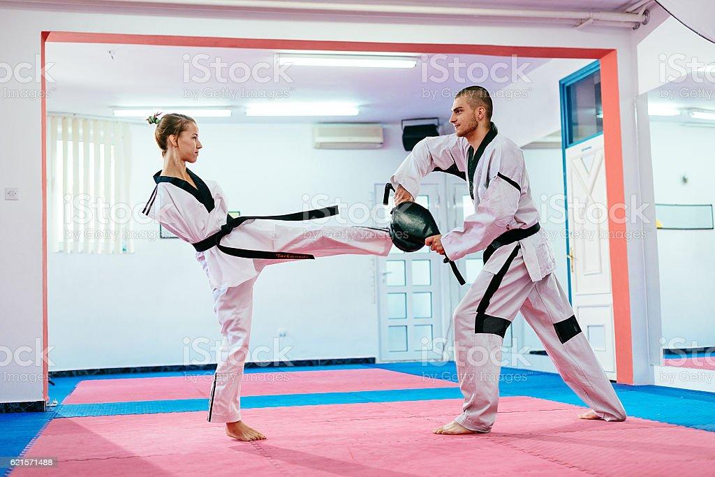 Young taekwondo girl with no upper limbs kicking photo libre de droits