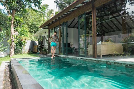 Yüzme Havuzu Bali Endonezya Tatil Sırasında Ayakta Genç Dövmeli Adam Stok Fotoğraflar & Adamlar'nin Daha Fazla Resimleri