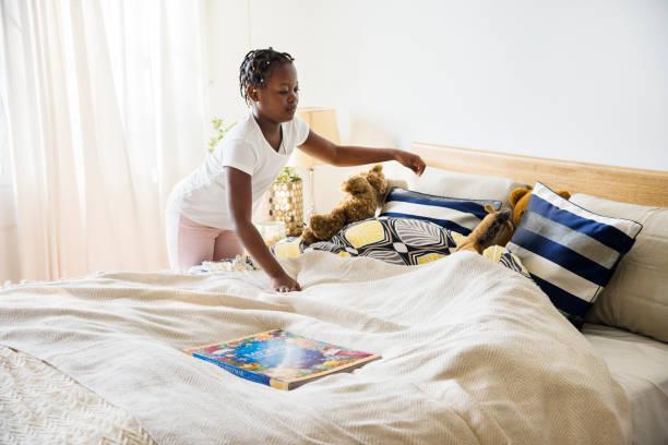 junges teen mädchen machen das schlafzimmer - mädchenraum vorhänge stock-fotos und bilder